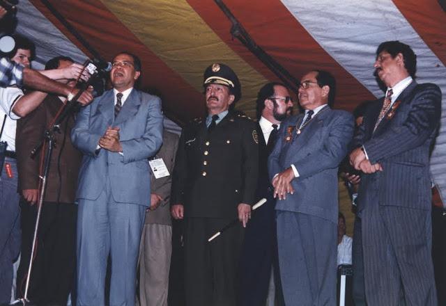 En uno de los tantos reconocimientos, esta vez conferido por el ex fiscal Alfonso Gómez Méndez y el ex director de la Policía, General (r) Luis Ernesto Gilibert. Foto: Archivo particular