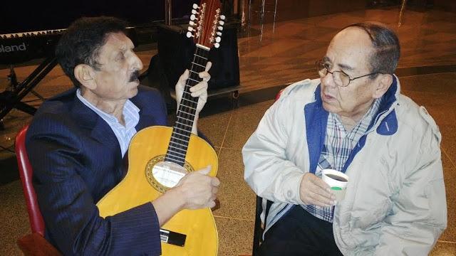 Con Álvaro Villaba (85años), su compañero de bregas por medio siglo, hoy aquejado por una isquemia cerebral. Foto: La Pluma & La Herida