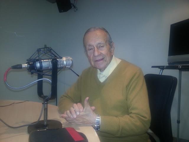 Don Gabriel Muñoz López, el locutor más longevo de la radio, al borde de los 90 años, al frente del programa 'Así canta Colombia'. Foto: La Pluma & La Herida