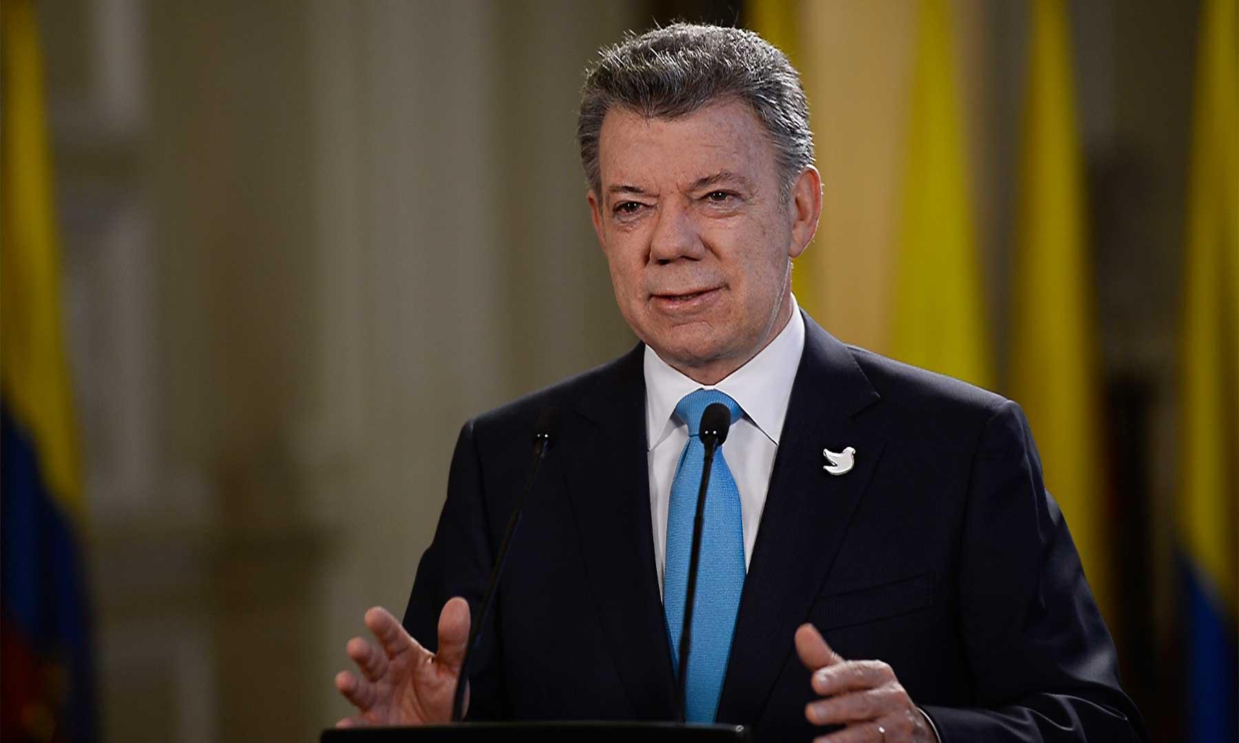 En estos últimos seis años hemos trabajado duro para hacer de Colombia un país en paz, más equitativo y mejor educado, expresó este lunes el Presidente Santos en la alocución con motivo de un nuevo aniversario de gobierno.
