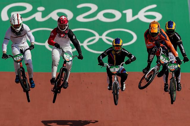 Carlos Ramírez, centro, durante su consagración con bronce, en el BMX, de Río 2016, este viernes, 19 de agosto.