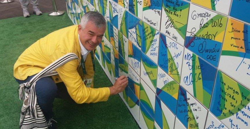 Ciro Solano Hurtado escribió en el muro olímpico el deseo del país y de sus deportistas por poner fin al conflicto, junto con las demás delegaciones que participan en las justas.