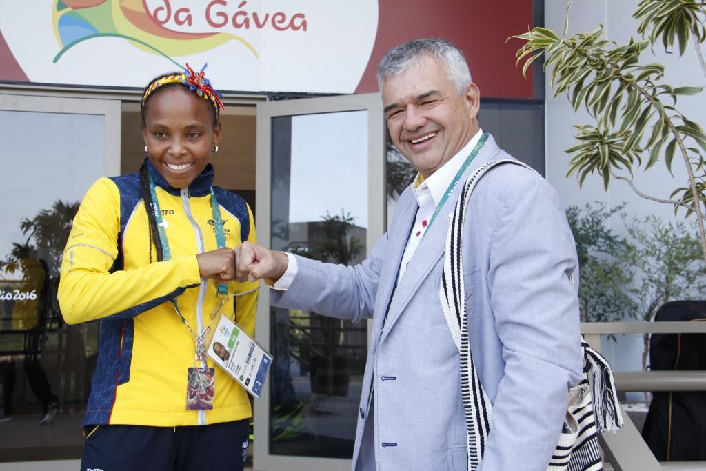 Ciro Solano Hurtado, jefe de Misión de Colombia en Río 2016, con la medallista de bronce de nuestro país en el boxeo, Ingrit Valencia.