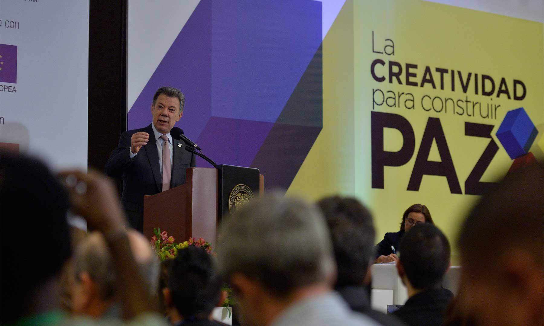 """Este proceso ha estado acompañado siempre por la creatividad, expresó el Presidente Santos este miércoles, en el Encuentro Nacional """"La creatividad para construir paz"""", organizado por el diario El Espectador."""
