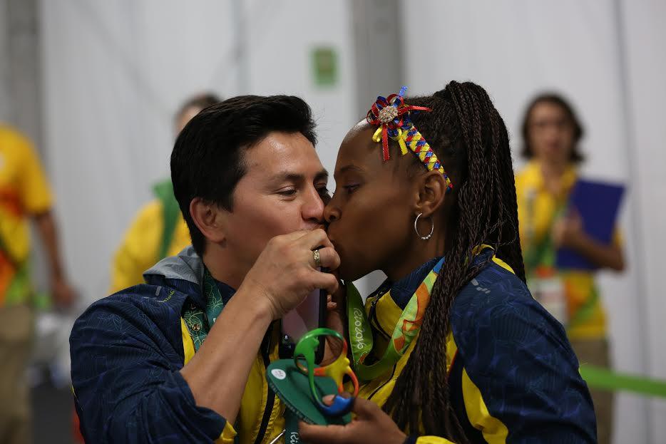 Ingrit Valencia con su esposo y entrenador, Raúl Ortiz, disfrutando de la medalla olímpica.
