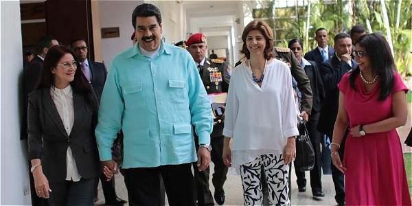 La primera dama, Cilia Flores (izq.), y el presidente Maduro, con Holguín y Rodríguez.