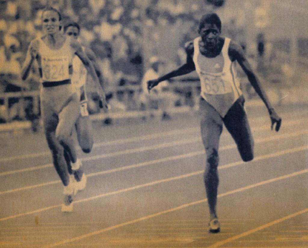 Ximena Restrepo (324) se dirige a la obtención del bronce en los 400 metros planos de los Juegos Olímpicos Barcelona 1992.