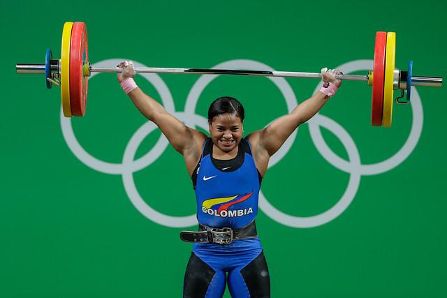 Mercedes Pérez, durante uno de sus intentos, que le valieron el cuarto diploma olímpico de Colombia, en la división de los 63 kilogramos, de las pesas.