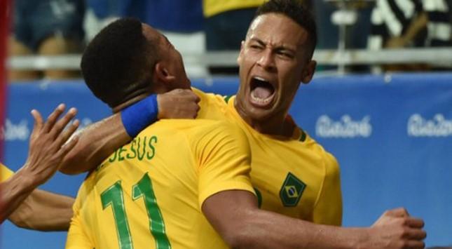 Neymar, a los 12 minutos de juego de tiro libre.