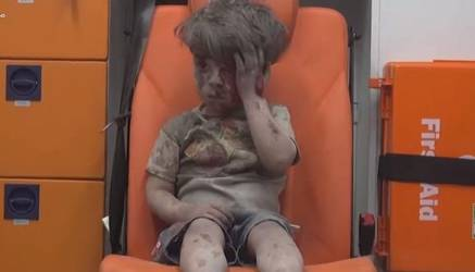 Omran Daqneesh tiene cinco años. Sobrevivió un ataque aéreo contra un barrio opositor en la ciudad siria de Alepo.