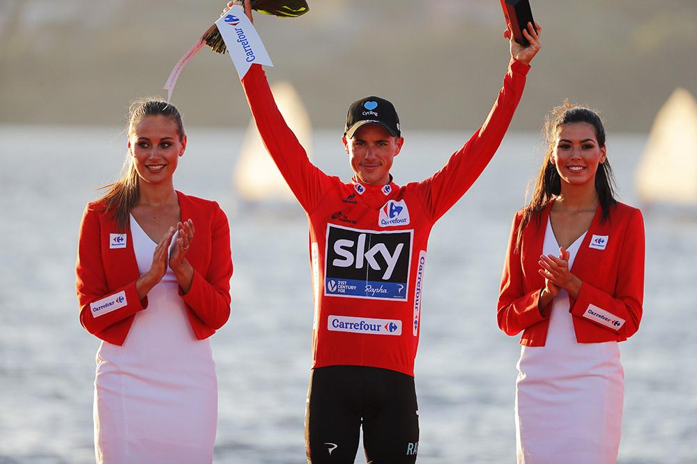 Peter Kennaugh (Team Sky) con el maillot rojo de líder de la Vuelta a España