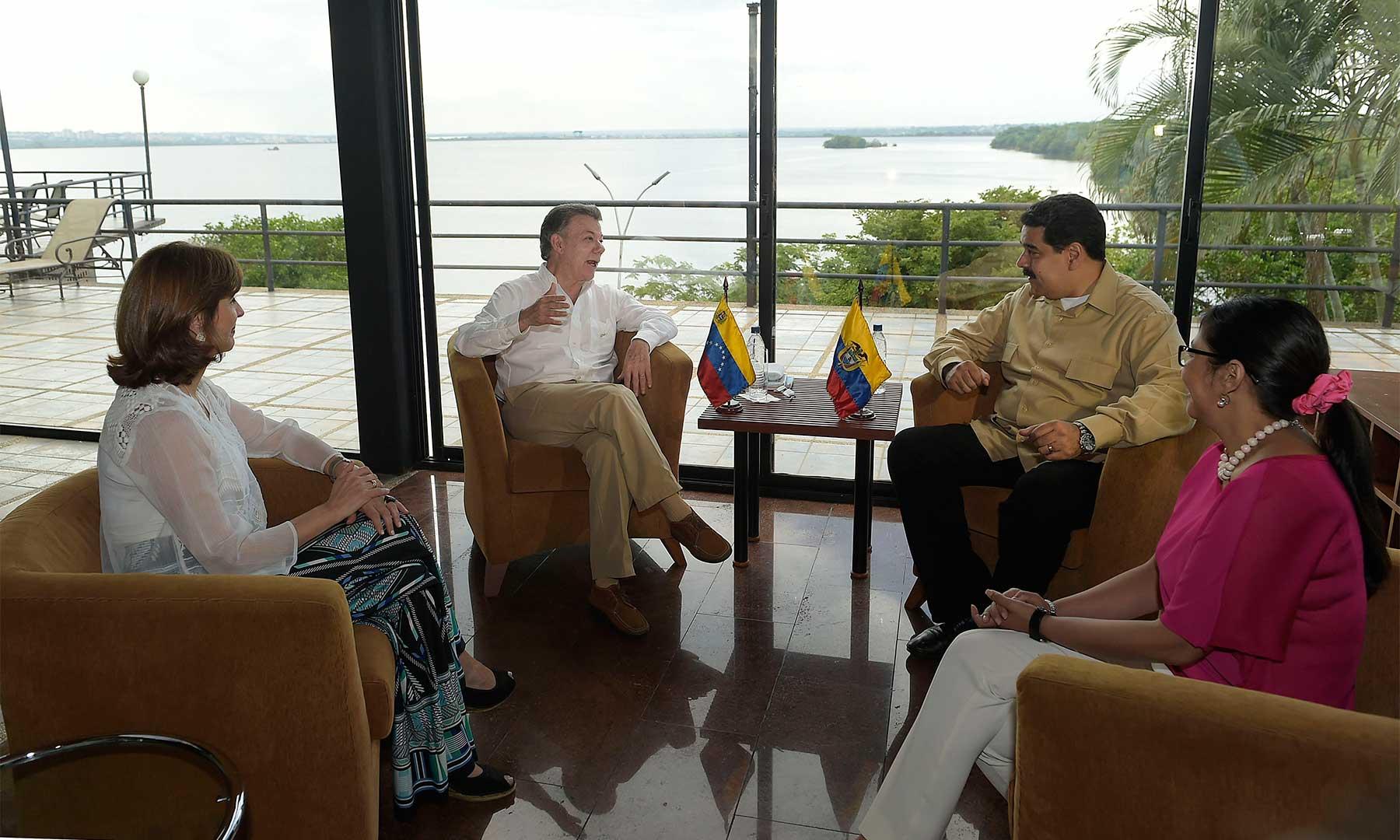 Diálogo privado entre los Presidentes Santos y Maduro, quienes están acompañados por su respectivas cancilleres, María Ángela Holguín y Delcy Rodríguez, posteriormente sostendrán un encuentro ampliado con participación de los equipos de los dos Gobiernos.