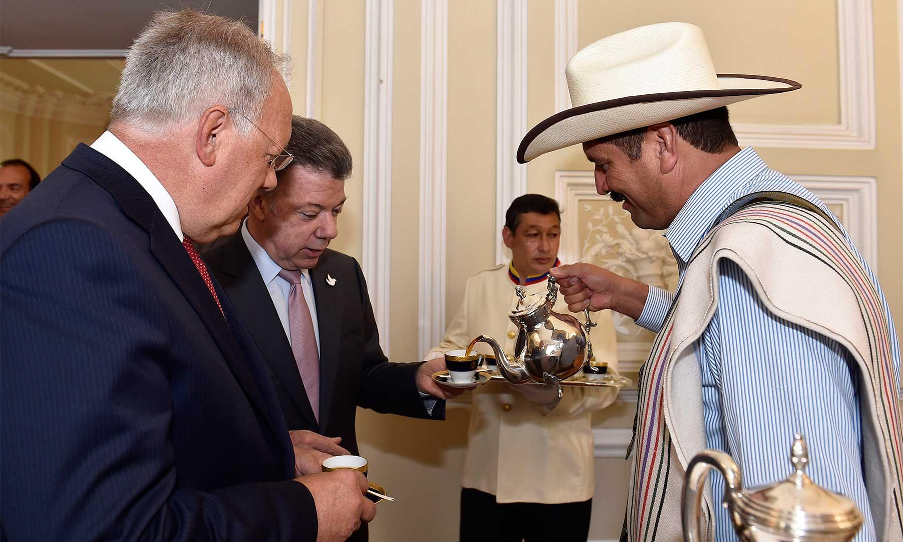 Degustando un buen tinto, el Presidente Santos y su homólogo de Suiza, Johann Schneider-Ammann, conversan sobre el futuro halagüeño que tienen las inversiones suizas en Colombia.