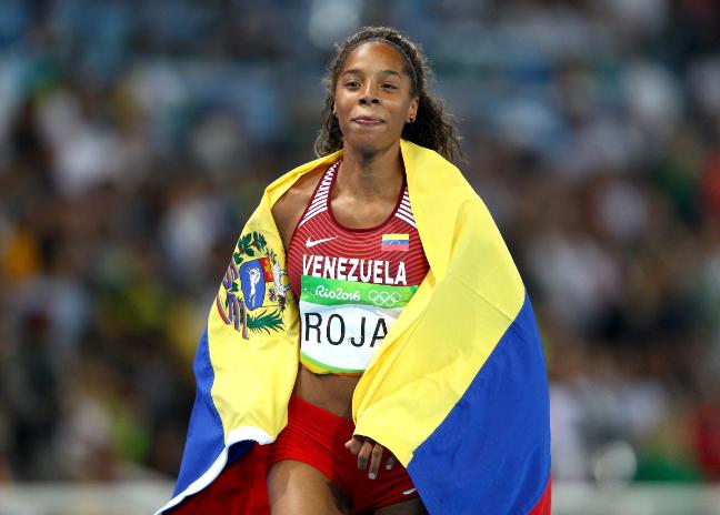 Yulimar Rojas de Venezuela celebra su segundo lugar en la prueba de salto triple