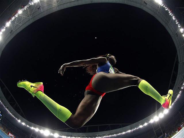 La mirada maestra del fotógrafo Adrian Dennis, de AFP, que captó a la campeona colombiana con un gran angular, justo en una de sus zancadas, camino al oro olímpico.