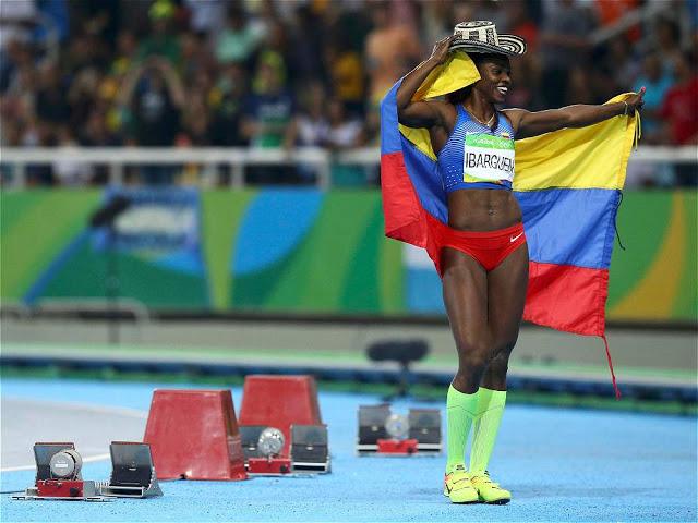 Orgullosa y altiva en su mejor pasarela: la vuelta olímpica con la bandera colombiana y el sombrero vueltiao. Foto: Iván Alvarado/Reuters