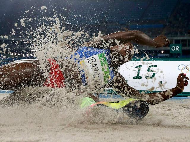Postal para la posteridad: el salto increíble del Ávatar de ébano en el foso del Estadio Olímpico de Río. Ibargüen escribía la historia con letras doradas. Foto: Phil Noble/Reuters