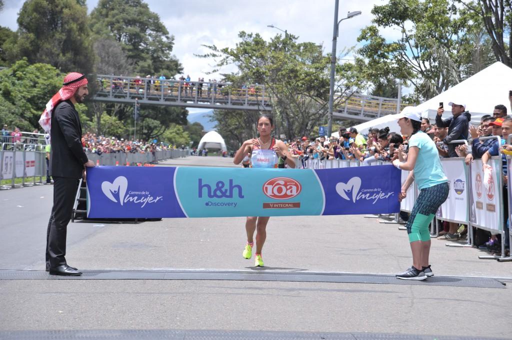 La atleta Angie Orjuela, ganadora de la versión 10 de la Carrera de la Mujer, Bogotá.