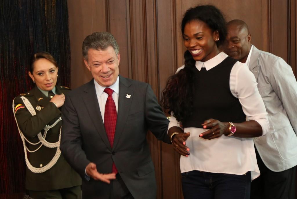 El Presidente Juan Manuel Santos y la medallista olímpica de oro Caterine Ibargüen, en su encuentro de este jueves, 29 de septiembre, en el Palacio de Nariño.