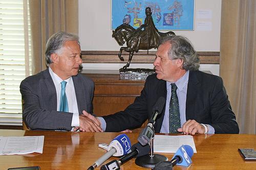 El Secretario General de la OEA, Luis Almagro, recibió de manos del Embajador de Colombia ante el organismo, Andrés González