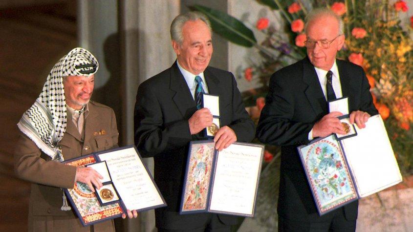 El líder palestino Yaser Arafat, el entonces canciller israelí Simon Peres y el primer ministro israelí Isaac Rabin al recibir el premio Nobel de la Paz en 1994