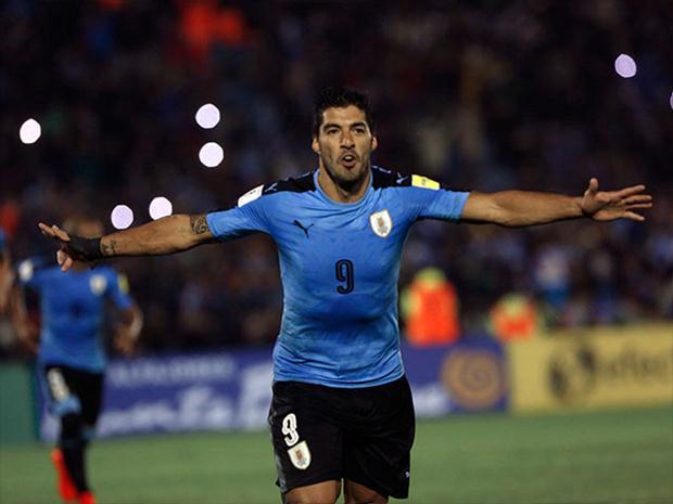 Luis Suarez  celebra triunfo sobre Paraguay