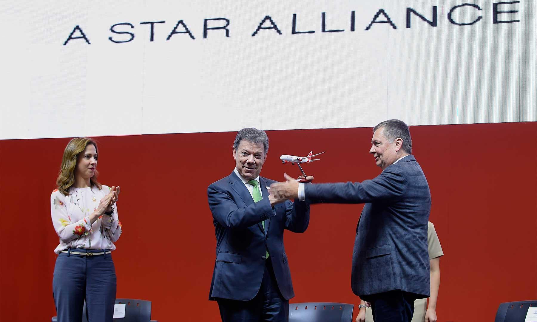 Del presidente de la aerolínea Avianca, Hernán Rincón, el Presidente Santos recibe un modelo a escala de una aeronave Boeing 787, una de las más modernas de la flota de la compañía.