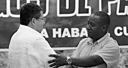 Pablo Catatumbo y uno de los familiares de la las víctimas de la cruenta masacre de Bojayá, en el Chocó. Foto: Premio Gabo
