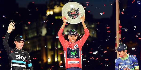 Momento histórico para el ciclismo colombiano: Nairo con la presea en alto que lo acredita como el gran campeón de la Vuelta a España 2016. Foto: AFP