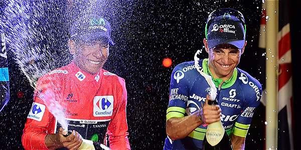 Nairo y Esteban, campeón y tercero en la general de la Vuelta a España, bañados en champaña enla triunfal celebración de Madrid. Foto: José Jordán/AFP