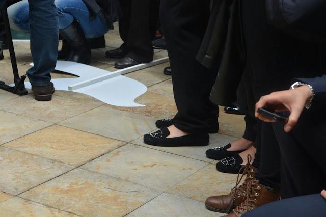 Nótese los zapatos con el símbolo de la Paz de la Primera Dama María Clemencia de Santos y de su hija María Antonia. Por los senderos de la reconciliación. Foto: Nubia Parra, Oficina de Prensa del Congreso