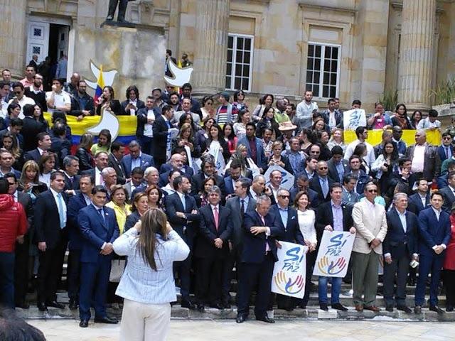 Decenas de simpatizantes de la Paz en la plaza Rafael Núñez del Capitolio Nacional, epicentro del acto protocolario del Acuerdo. Foto: Alejandro Monroy, Oficina de Prensa del Congreso