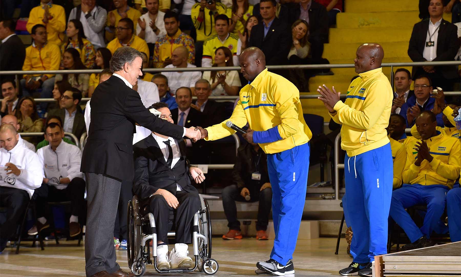 El Presidente Santos saluda a dos jugadores ruandeses de voleibol sentado, quienes antes eran combatientes y ahora juegan en el mismo equipo, y dijo que son un ejemplo de lo le depara a Colombia.