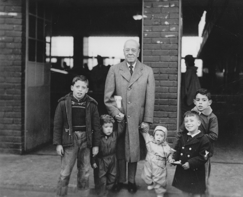 1-1954-con-el-abuelo-caliban-y-sus-hermanos-enrique-luis-fdo-y-felipe