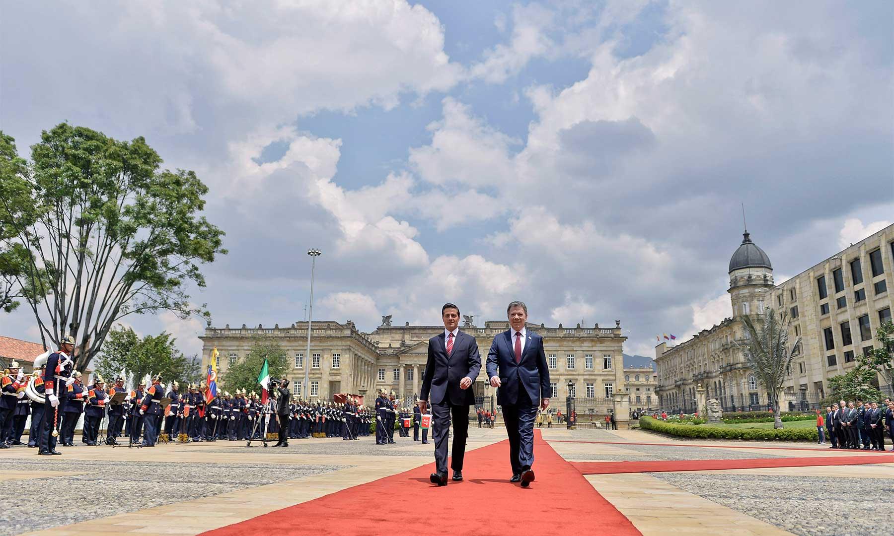 Los Presidentes de Colombia y México pasan revista a las tropas durante la ceremonia efectuada en la Plaza de Armas, poco antes de iniciar las reuniones previstas entre los dos Mandatarios.