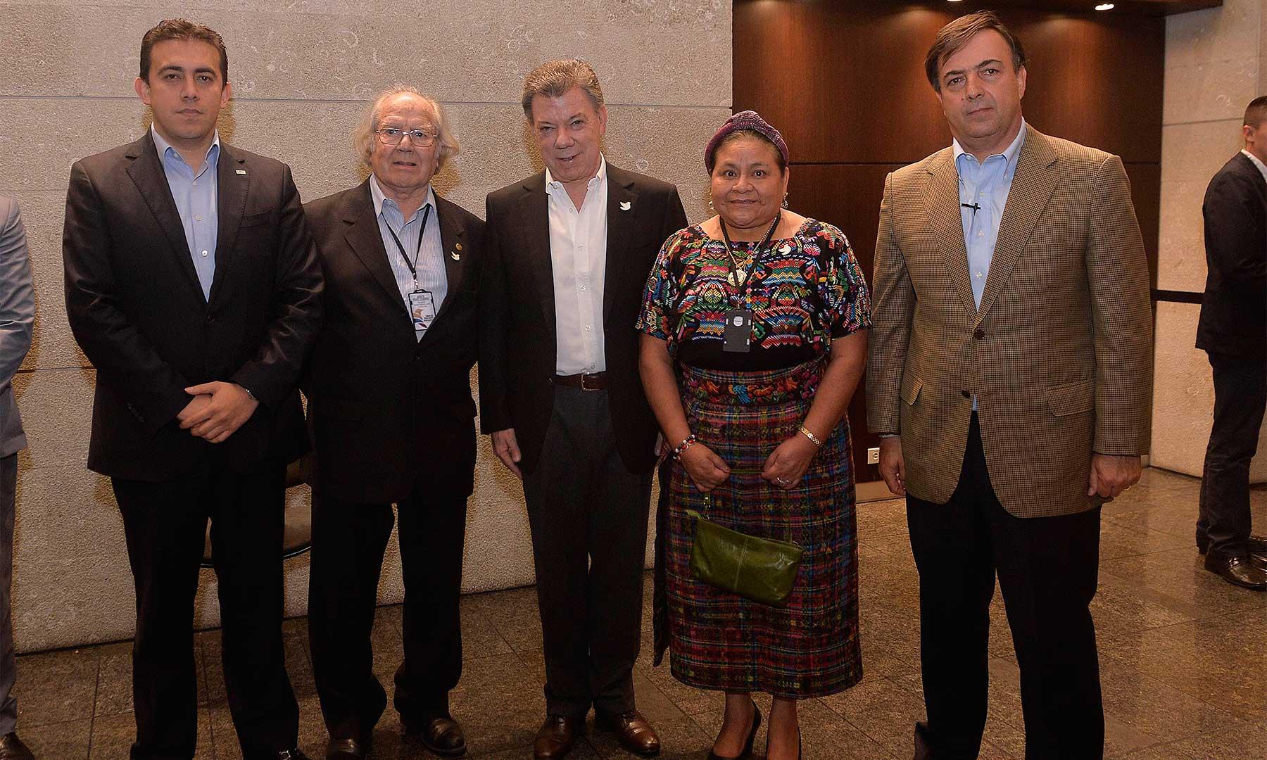 El Presidente Santos, el Registrador Nacional y el Presidente del Consejo Electoral con los Premios Nobel de Paz Rigoberta Menchú y Adolfo Pérez Esquivel, quienes hacen parte de la Misión de Observación Internacional del Plebiscito.