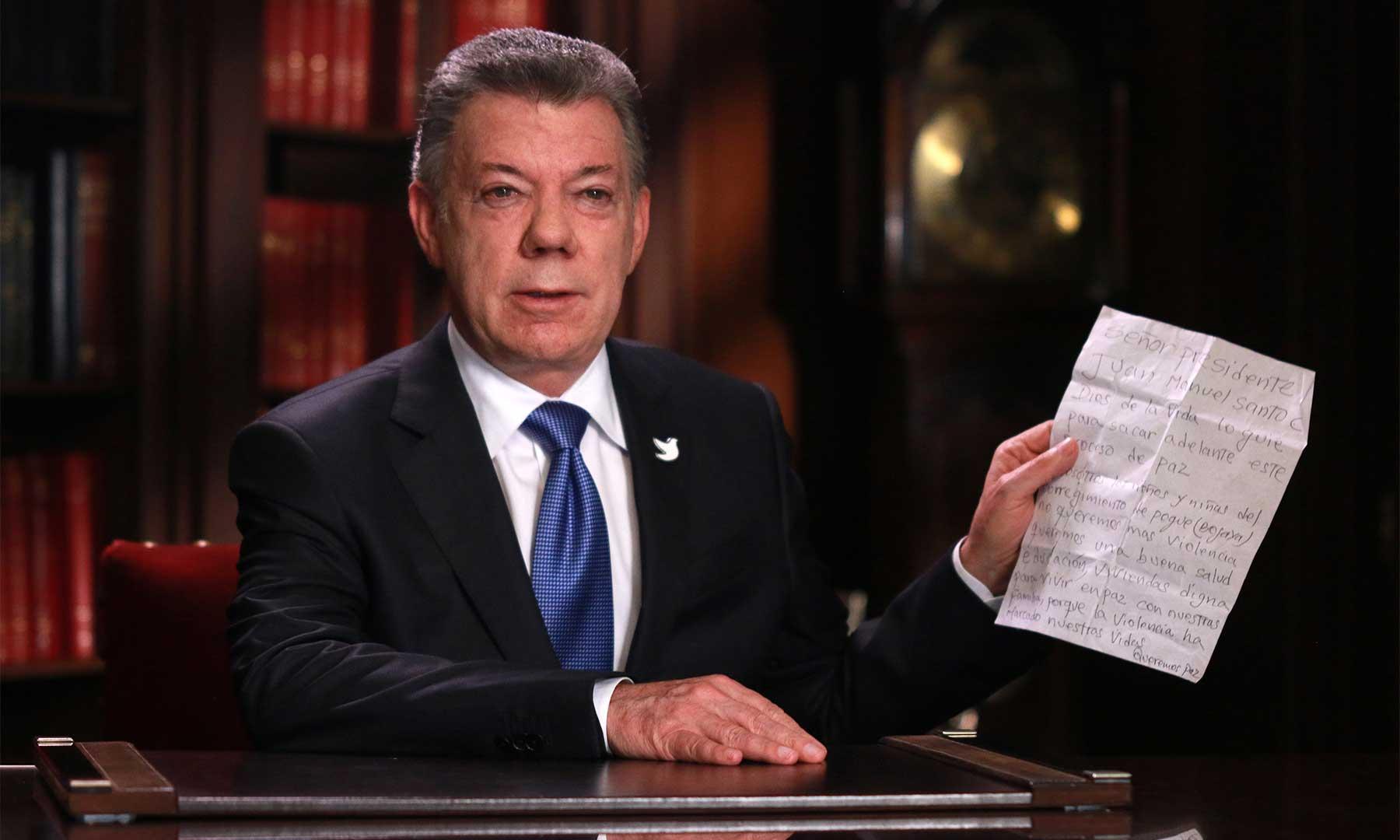 Durante la alocución sobre el inicio de la fase pública de los diálogos con el ELN, el Presidente mostró la carta que le entregó la niña Camila, a nombre de los niños de Pogue (Bojayá), en la que expresan su deseo de paz.