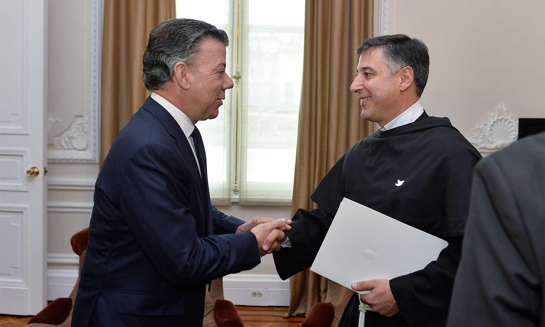 El Fraile de la Basílica Papal de Asís de Italia, Enzo Fortunato, le comunica al Presidente Santos que le fue otorgado el premio a la paz por parte de la Organización Internacional por La Paz Francisco de Asís.