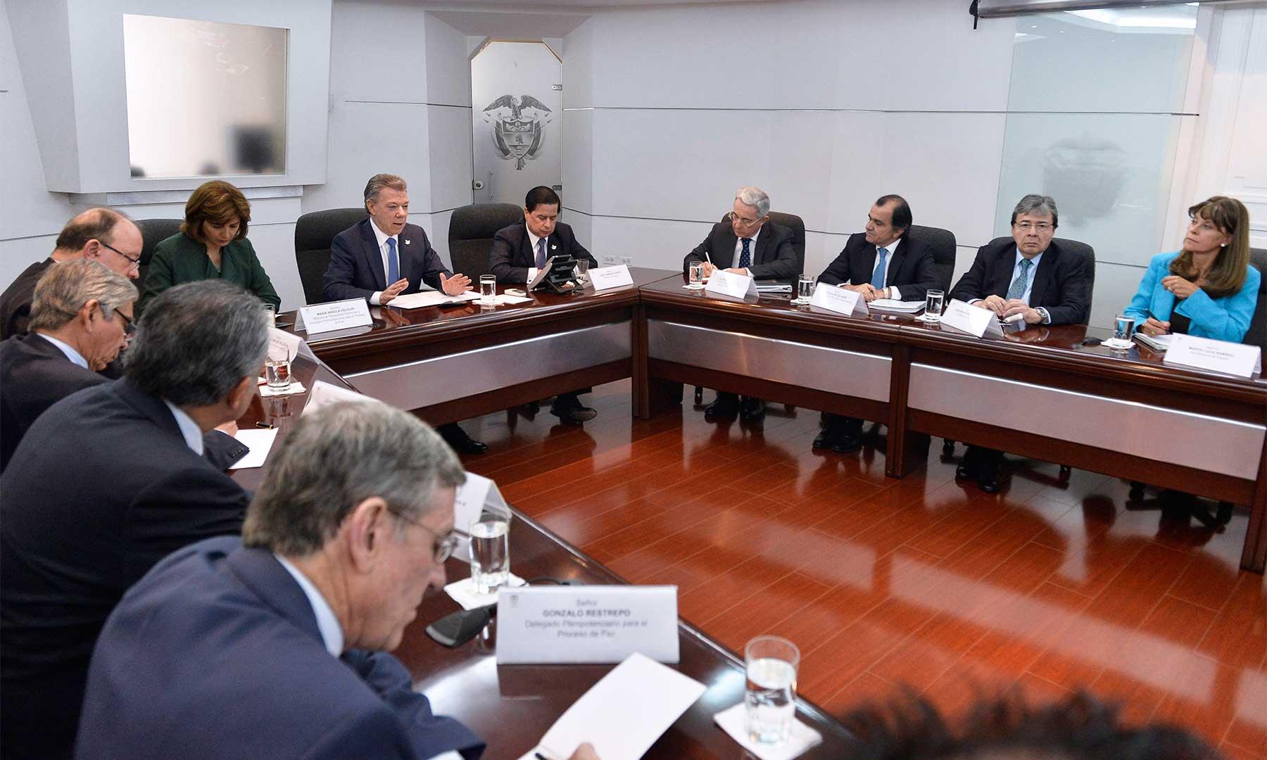 El Presidente Juan Manuel Santos recibe al expresidente, Álvaro Uribe en desarrollo del diálogo nacional impulsado por el Jefe del Estado para sacar adelante los acuerdos de paz.Foto: Efraín Herrera - SIG