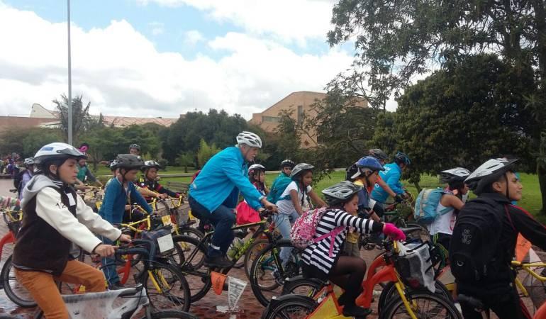 el-alcalde-penalosa-encabezo-una-iniciativa-que-reunio-a-estudiantes-que-hacen-parte-del-programa-al-colegio-en-bici