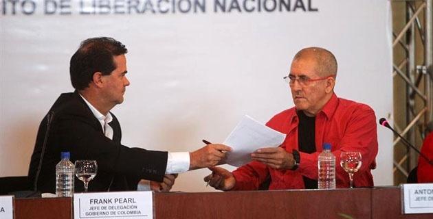 el-negociador-colombiano-frank-pearl-i-y-el-jefe-de-la-delegacion-del-eln-antonio-garcia