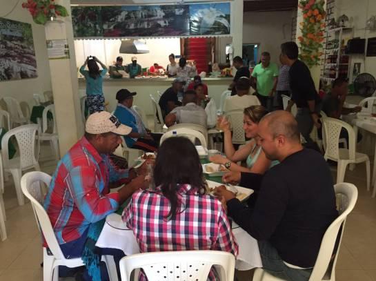 Guerrilleros desayunan en un restaurante de La Macarena/Caracol Radio