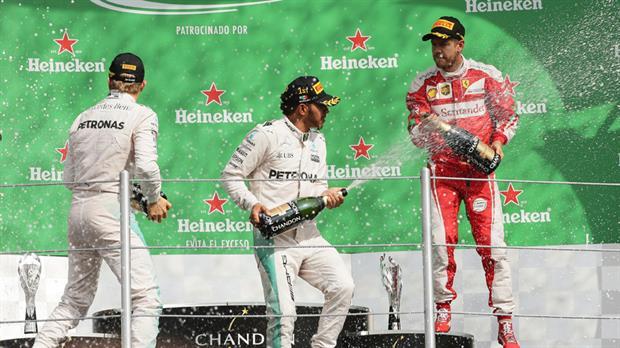 El británico Lewis Hamilton , con Mercedes , ganó esta tarde el Gran Premio de México de Fórmula 1 en el Autódromo Hermanos Rodríguez de la capital mexicana, y quedó a apenas 19 puntos de su compañero de escudería, el alemán Nico Rosberg , que fue segundo. Con su triunfo en México, Hamilton llegó a 330 puntos y acortó la diferencia que lo separa del líder del Campeonato Mundial de Pilotos, Rosberg, a falta de dos Grandes Premios para que finalice la temporada 2016: Brasil y Abu Dhabi. Hamilton cumplió el circuito en 1 hora 40 minutos 31.402 segundos, y un promedio de velocidad de 182,259 kilómetros por hora. El británico superó por 8.354 segundos a Rosberg. El británico partió desde la 'pole' y, salvo por un dominio alternado con el alemán Sebastian Vettel, de Ferrari, terminó en primer lugar para adjudicarse su victoria número 51 como piloto de la máxima categoría del automovilismo, e igualar al francés Alain Prost como los segundos pilotos más ganadores de la historia, detrás del germano Michael Schumacher (91).