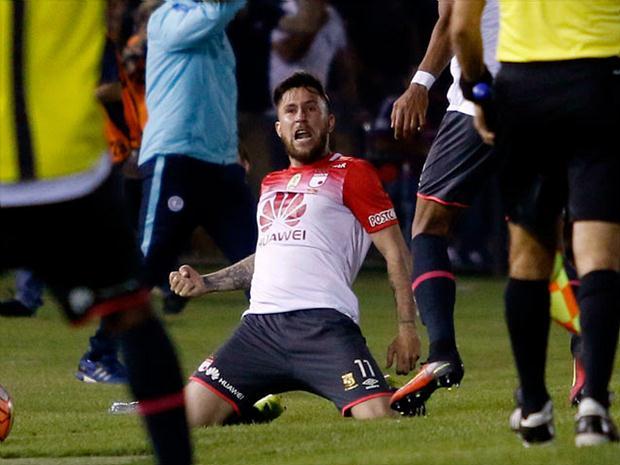 Un penal convertido por el argentino Jonatan Gómez en el tiempo de adición puso a Independiente Santa Fe dentro del grupo de los ocho al vencer un gol por cero a Jaguares.