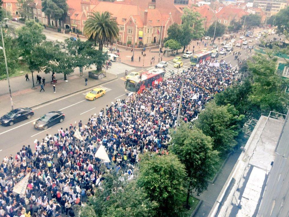 miles-de-universitarios-en-todo-el-pais-se-movilizaron-en-favor-de-los-acuerdos-de-paz5