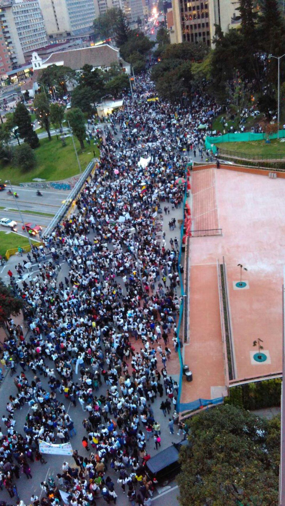 miles-de-universitarios-en-todo-el-pais-se-movilizaron-en-favor-de-los-acuerdos-de-paz7