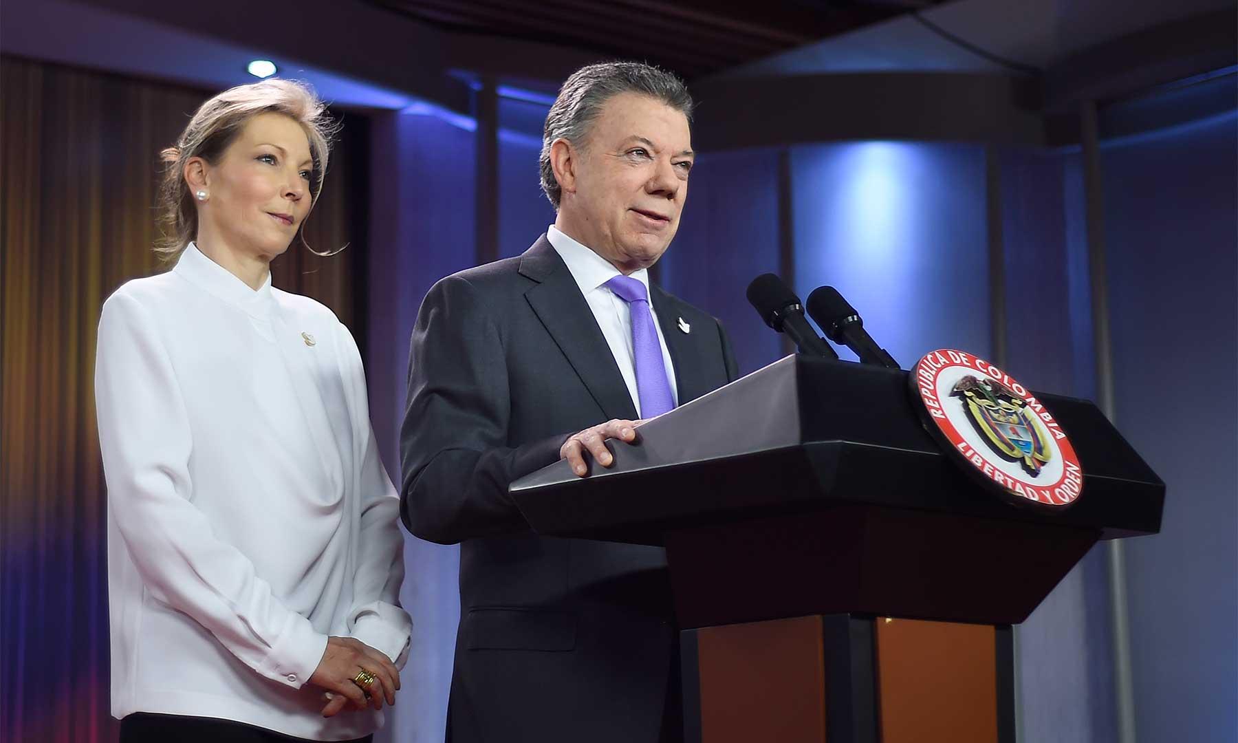 """""""Gracias a Dios la paz está cerca. La paz es posible. Es hora de la paz"""", dijo el Presidente Santos, acompañado por su esposa María Clemencia Rodríguez, luego de que le fue otorgado el Premio Nobel de Paz 2016."""
