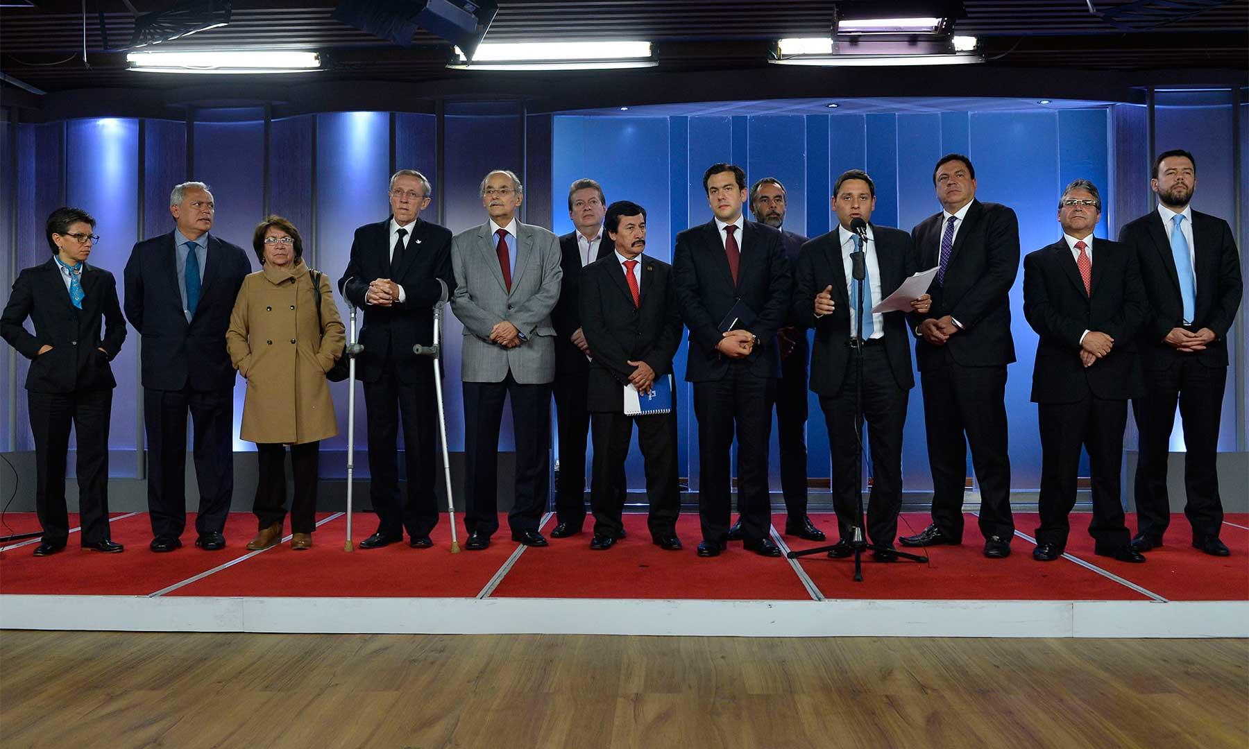 """""""Respaldamos al Presidente Santos en su propósito de alcanzar la paz"""", afirmó el presidente del Congreso, Mauricio Lizcano, tras la reunión del Jefe de Estado con directores de los partidos políticos promotores del Sí."""