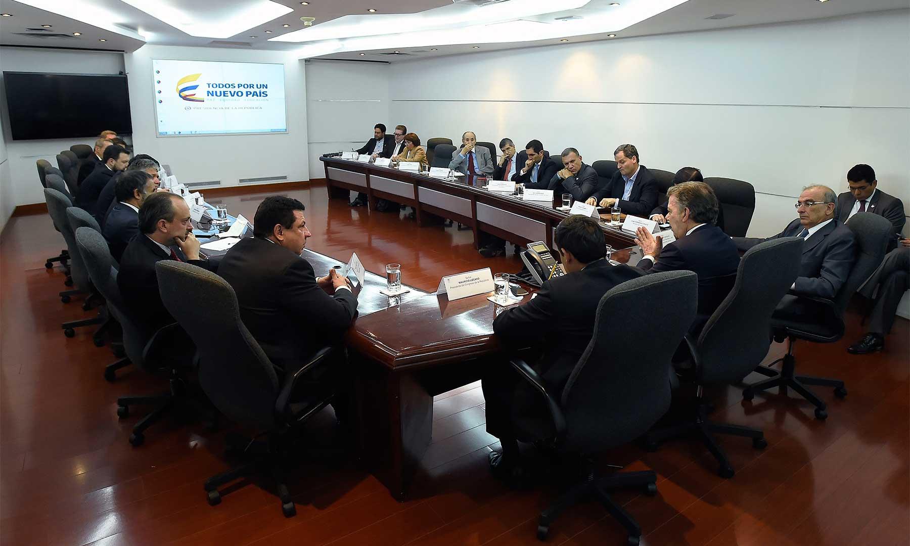 Reunión del Presidente Santos, el Equipo Negociador y otros altos funcionarios con directores de los partidos políticos La U, Liberal, Cambio Radical, Conservador, Alianza Verde, Polo Democrático y Unión Patriótica.