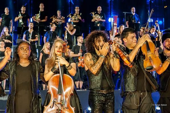 Con su grupo de geniales músicos en escena. Foto: Teatro Nacional